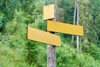 Leere Schilder für Wanderweg im Wald