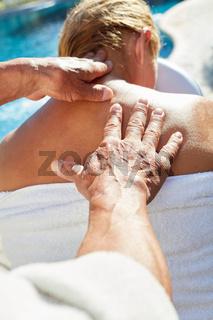 Frau in der Reha bekommt eine Massage