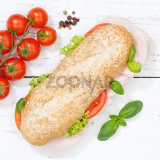 Sandwich Baguette Vollkorn Brötchen belegt mit Schinken Quadrat von oben auf Holzbrett