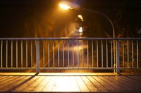 Brückengeländer im Abendlicht