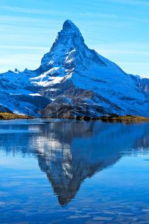 Das Matterhorn spiegelt sich im Stellisee, Zermatt, Wallis, Schweiz
