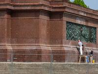 Handwerker restaurieren an der Siegesaeule
