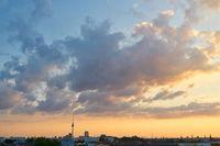 Berlin City mit Fernsehturm und Sonnenuntergang