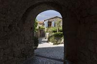 Gasse in der Ortschaft Naves, Südfrankreich