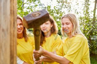 Frauen arbeiten mit einem Vorschlaghammer