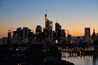 Beleuchtete Hochhäuser in Frankfurt am Main abends