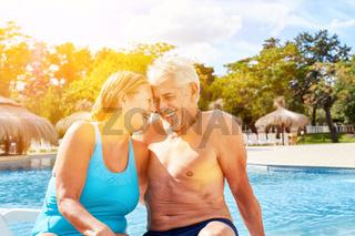 Senioren Paar beim Flirten am Hotel Pool im Urlaub