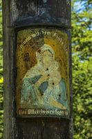Wegkreuz im Wald bei Illmensee, Maria mit dem Kinde