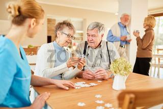 Senioren beim Puzzle spielen in der Freizeit