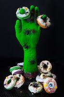 Zombie Hand mit Donuts