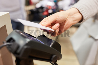 Kunde bezahlt mit NFC Kreditkarte