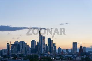 Abendhimmel über Skyline der Stadt Frankfurt am Main