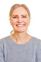 Frontales Gesicht einer lächelnden Seniorin