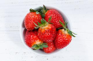 Erdbeeren Beeren von oben Holzbrett