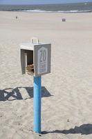 Behälter mit Strand-Abfallbeutel mit der Aufschrift  So halten wir unseren Strand sauber