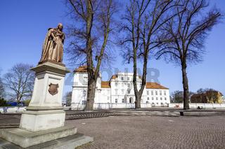 Denkmal KurfüŸrstin Luise Henriette vor Schloss Oranienburg, Brandenburg, Deutschland
