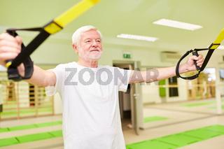 Sportlicher Senior trainiert Fitness und Kraftausdauer