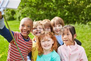 Kinder machen Selfie Foto zur Erinnerung