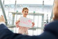 Mädchen begrüßt ihren Vater auf dem Flughafen