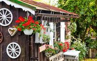 Holzhütte Gartenhütte mit Blumen im Sommer Bayern