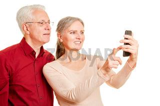 Senioren Paar schaut zusammen auf Smartphone