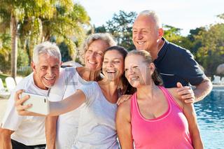 Senioren Gruppe macht ein lustiges Selfie