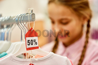 Mädchen beim Einkaufen während 50% Sale