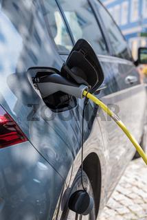 Akku eines Elektroautos mit Strom versorgen - Nahaufnahme Ladestation