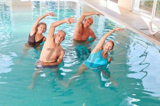 Rückentraining in einem Aquafitness Kurs
