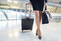 Geschäftsfrau auf Reisen trägt elegante Schuhe und Tasche