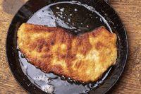 Wiener Schnitzel in einer Pfanne