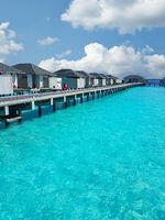 Ferienhäuser auf einem Steg im Indischen Ozean bei den Malediven
