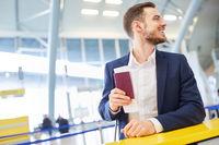 Business Mann auf Geschäftsreise mit Reisepass