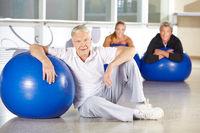 Senioren beim Rückentraining mit Gymnastikball