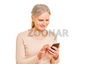 Alte Frau beim Spielen auf Smartphone