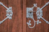 Alte Holztuer mit Eisenbeschlaegen