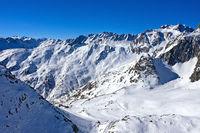 Blick in das verschneiteTal des Grossen Sankt Bernhard, Aosta Tal, Italien