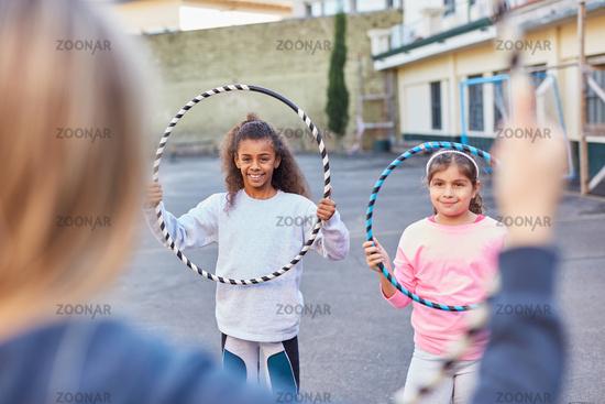 Mädchen machen Gymnastik mit Reifen