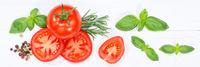 Tomaten mit Basilikum Gemüse von oben Banner Holzbrett