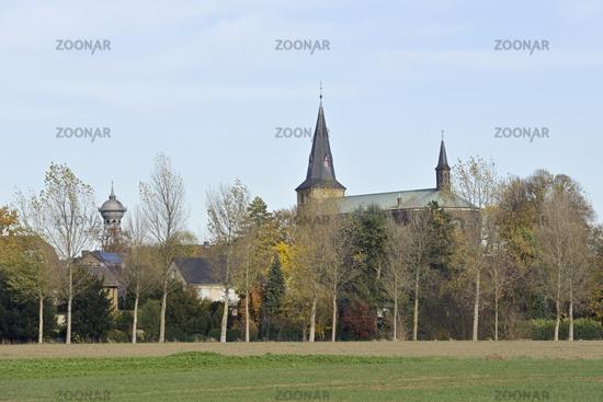 Wahrzeichen... Lank-Latum *Nordrhein-Westfalen*, St. Stephanus zusammen mit dem Wasserturm