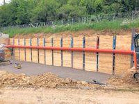 Hang wurde mit Stahlträger und Holzbalken gegen rutschen gesichert