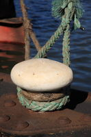 Schiffspoller mit gruenem Tau