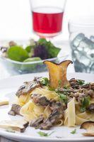 Pasta mit Pilz-Sauce auf einem Teller