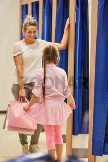 Mädchen bei der Anprobe im neuen Kleid