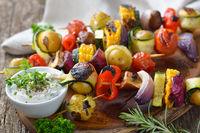 Gegrillte Gemüsespieße mit Dipsauce