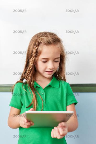 Mädchen als Schüler lernt mit dem Tablet PC