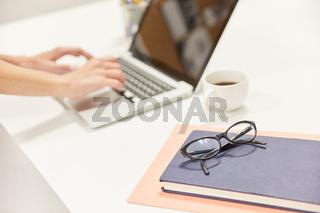 Laptop Computer und Dokumente auf Schreibtisch