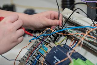 Elektriker arbeitet mit Schraubendreher an Installationen  - Nahaufnahme
