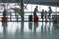 Familie und Kinder im Flughafen reisen zusammen
