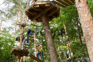 Junge Leute lernen klettern im Hochseilgarten